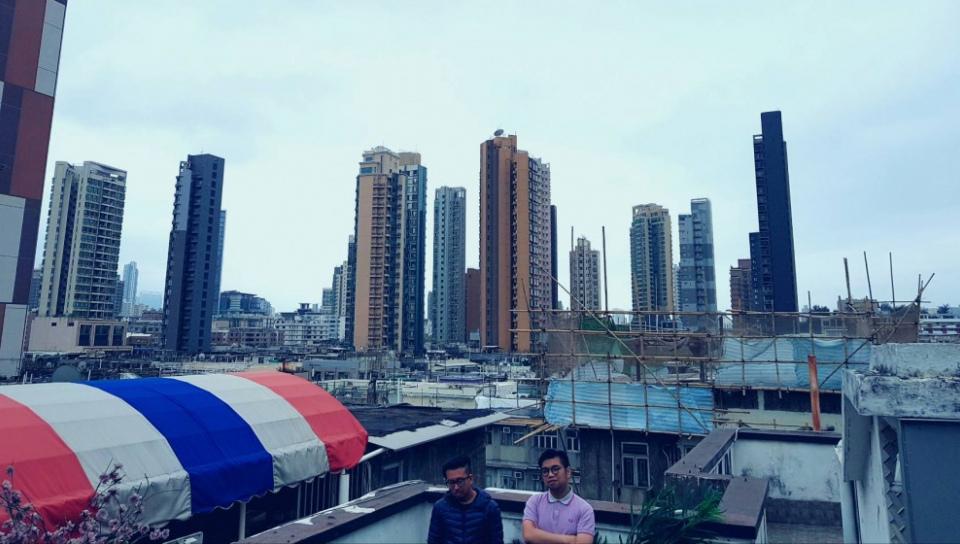 紅眼(右)與友人在香港的天台。(文字整理、攝影:陳夏民)