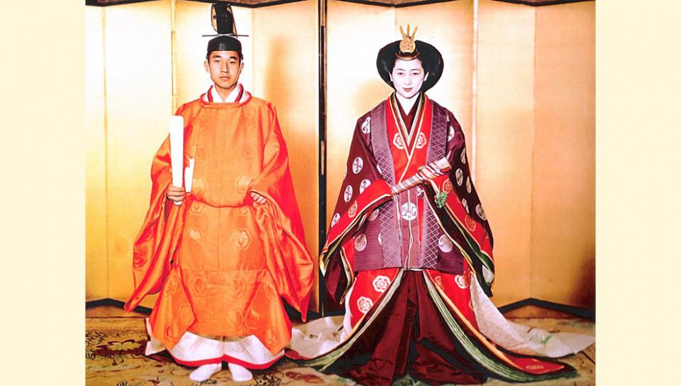 日本現任天皇明仁與皇后美智子攝於1959年結婚大典。(圖片來源:wiki)