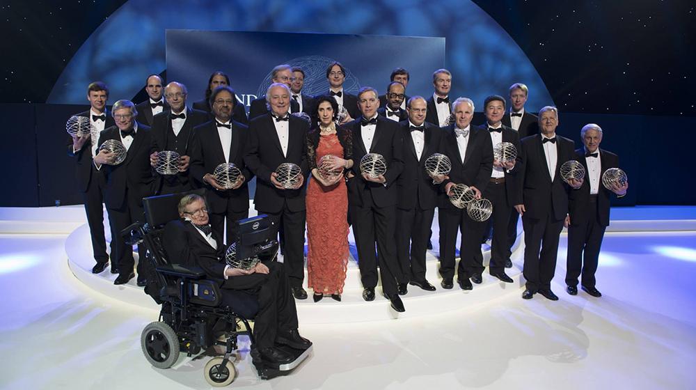 英國物理學家霍金於2012年獲基礎物理學特別突破獎時與其他得主合影(取自Stephen Hawking FB,photo by Milner Foundation)