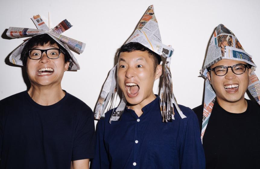上班最怕遲到!拍謝少年(左起:吉他手維尼、貝斯手薑薑、鼓手宗翰)戴上Openbook編輯部百分百手工精製(《整鬼專家》裡)的飛行帽準備出發。