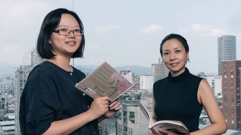 光磊國際版權公司版權經紀人 徐彩嫦(左)與 華文朗讀節暨譯動國界論壇策展人 唐薇