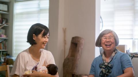 諶淑婷(左)與助產師邱明秀(右)。