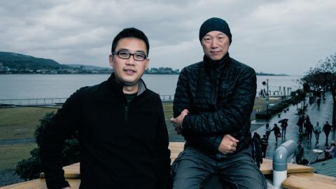 左起農村武裝青年主唱江育達、紀錄片導演柯金源