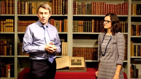 Dominic Winter拍賣公司將於下月拍賣英國奇幻小說家亞當斯的大量生前藏書。(圖片擷自youtube)