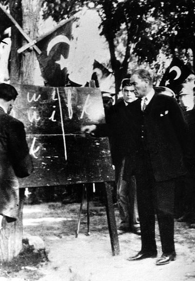 Kemal introducing the new Turkish alphabet to the people of Kayseri. September 20, 1928.jpg